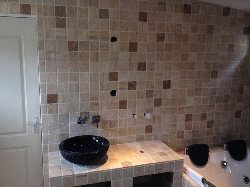 Natuursteen Wand Badkamer : Badkamer getrommeld marmer